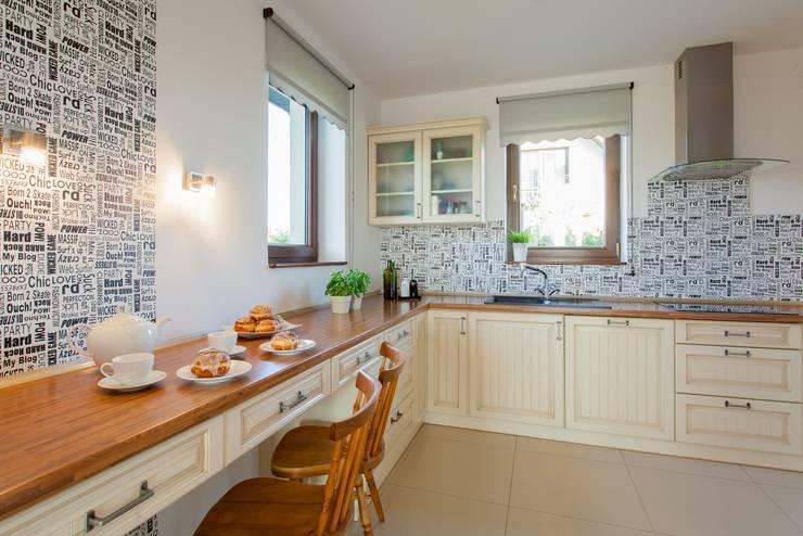 Dom z Głębokiej, home staging: styl , w kategorii Kuchnia zaprojektowany przez Sceny Domowe,Klasyczny