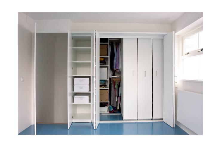 Vestidores y closets de estilo  por Gosker Ontwerp Interieur Architectuur
