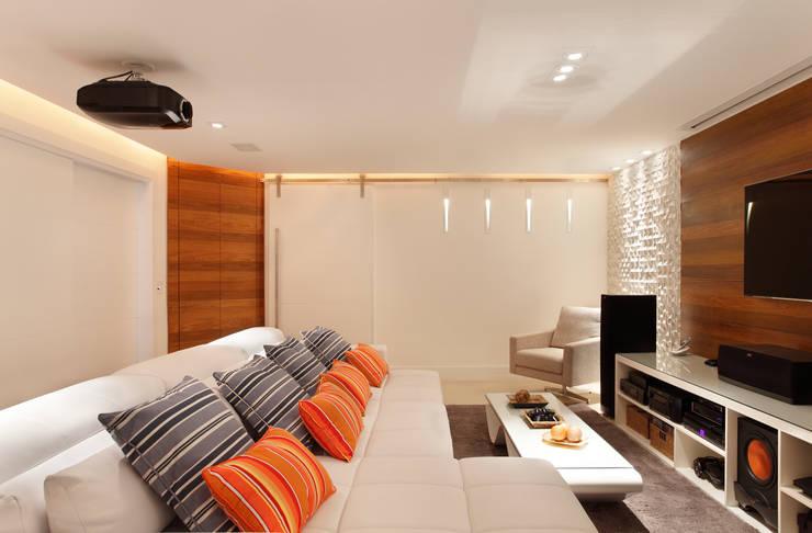 Sala de Home Theater: Salas multimídia modernas por Amanda Miranda Arquitetura