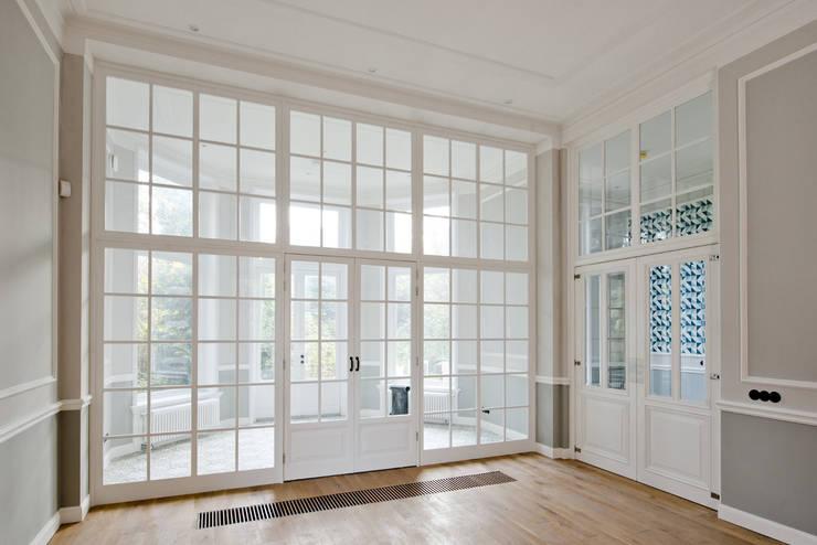 Renovatie herenhuis te Den Haag:  Slaapkamer door Kodde Architecten bna, Klassiek