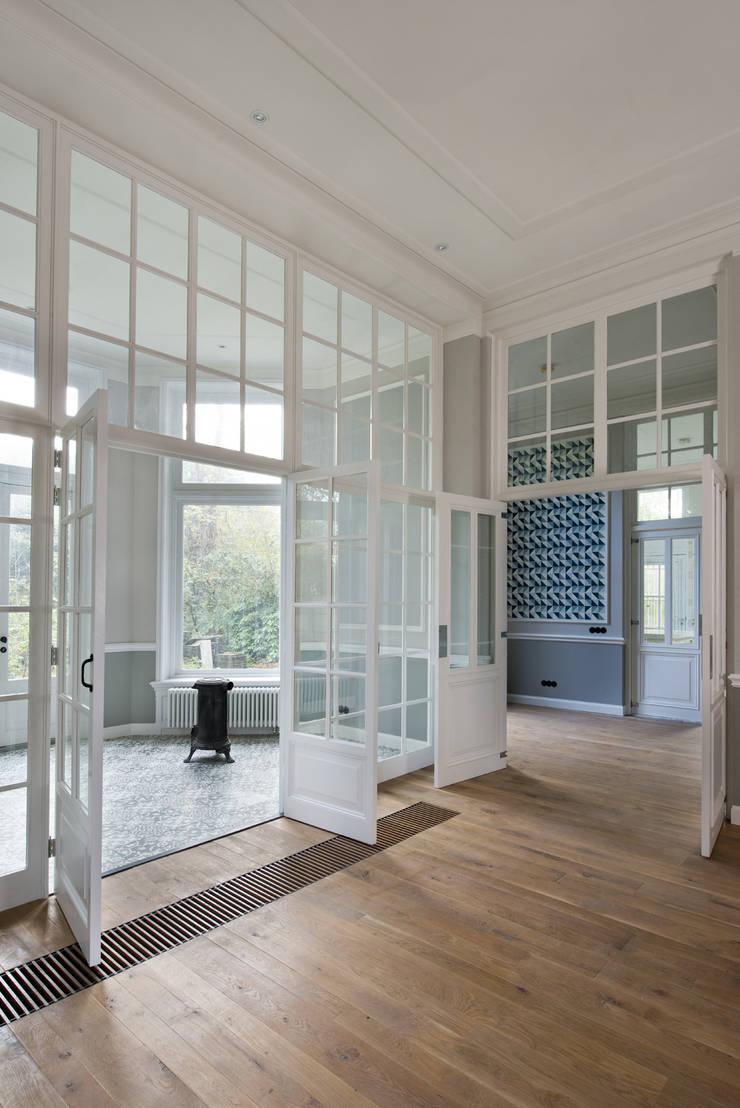Renovatie herenhuis te Den Haag:  Serre door Kodde Architecten bna, Klassiek