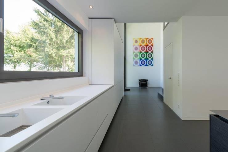 Haus C: minimalistische Küche von K6architekten