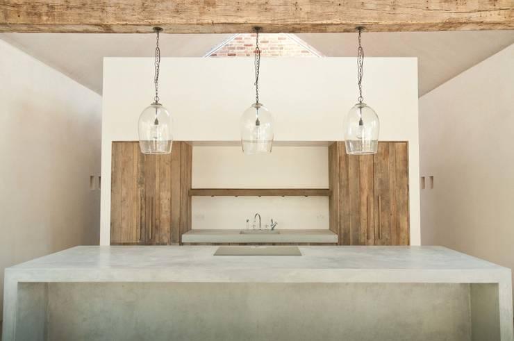Aylesbury pool room:  Kitchen by Decor Tadelakt