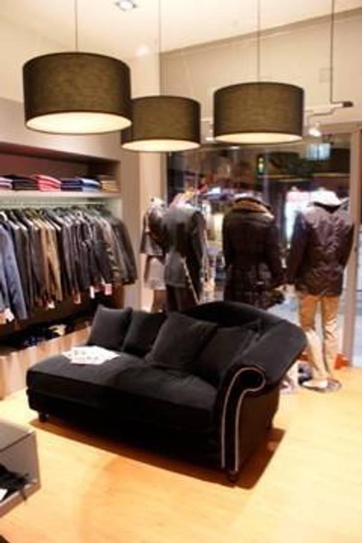 Tienda de Moda Torrebianca: Espacios comerciales de estilo  de Acontraluz Studio