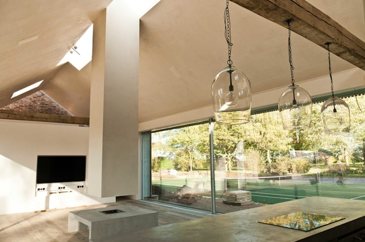 Aylesbury pool room:  Living room by Decor Tadelakt
