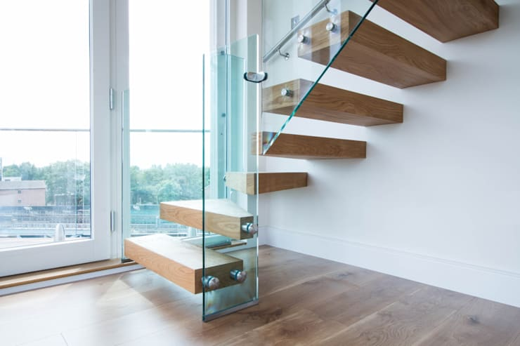 Cantilever Staircase with combination of Oak, Glass and Steel:  Corridor, hallway & stairs by Railing London Ltd