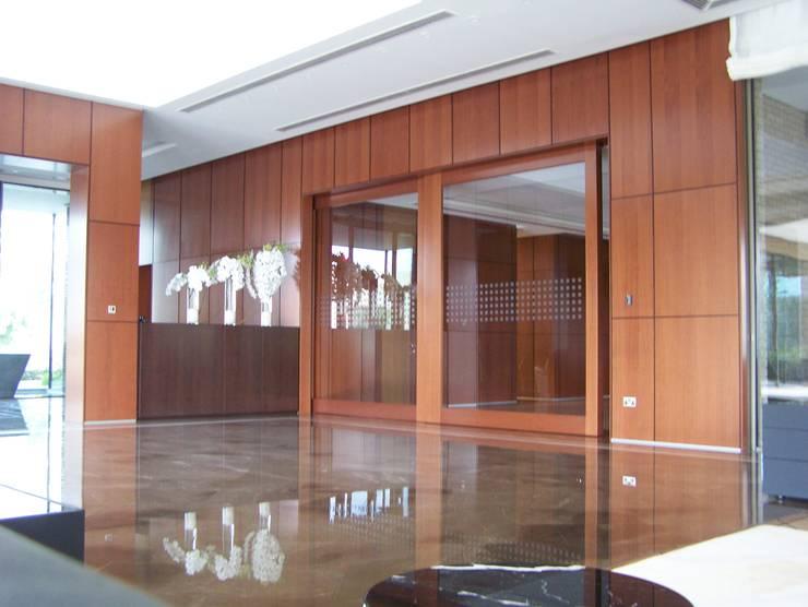 Porta scorrevole e parete divisoria: Finestre & Porte in stile  di FPL srl