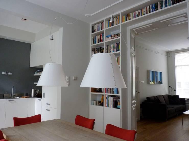 Boekenkast in separatie:  Woonkamer door Gosker Ontwerp Interieur Architectuur