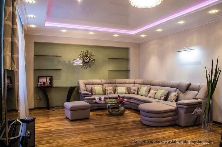 El sofá está apoyado en la pared: Salones de estilo  de La brujula Feng Shui