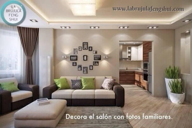 Fotos familiares en el salón: Salones de estilo  de La brujula Feng Shui