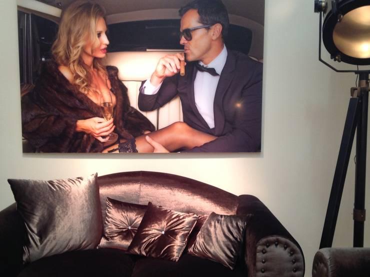 Foto de una pareja en el salón: Salones de estilo  de La brujula Feng Shui
