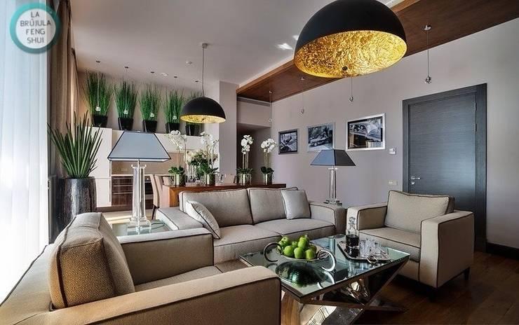 Disposición correcta de los asientos en el salón: Salones de estilo  de La brujula Feng Shui