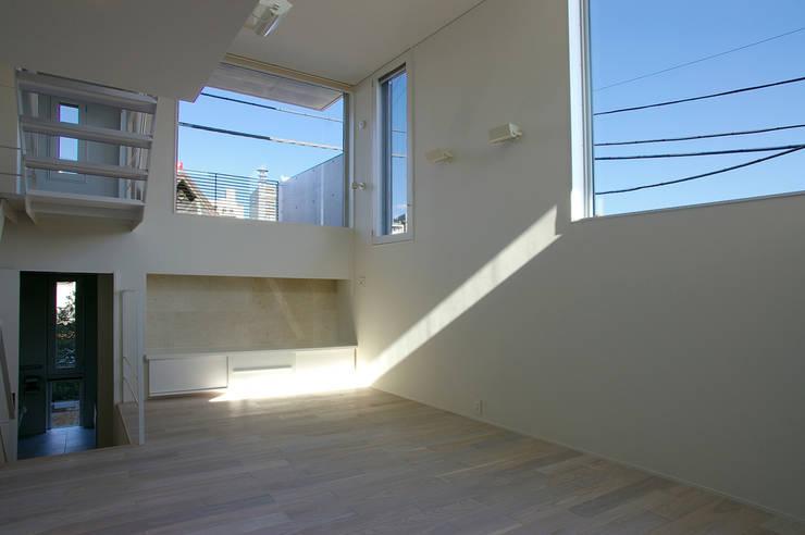 I邸: 森吉直剛アトリエ/MORIYOSHI NAOTAKE ATELIER ARCHITECTSが手掛けたリビングです。
