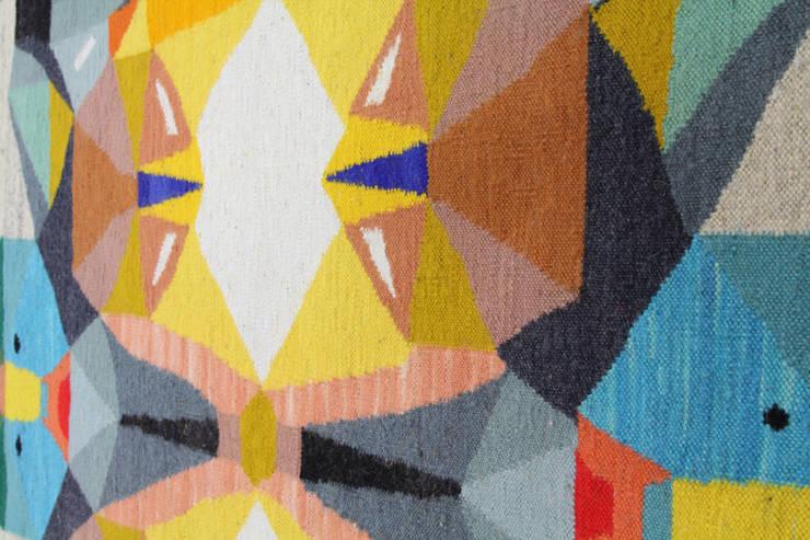 KIlim Mid-Summer Night: styl , w kategorii Salon zaprojektowany przez Kosmos Project