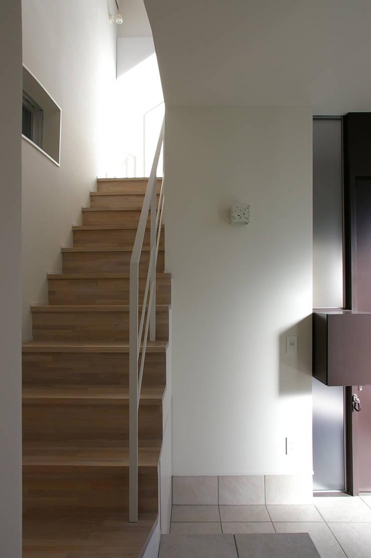 I邸: 森吉直剛アトリエ/MORIYOSHI NAOTAKE ATELIER ARCHITECTSが手掛けた廊下 & 玄関です。