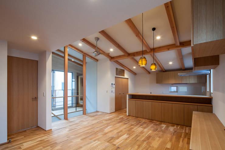 Salas / recibidores de estilo  por 神谷徹建築設計事務所