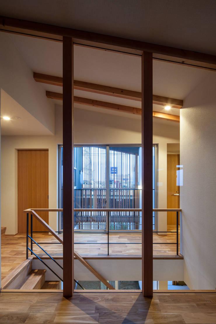 Pasillos y vestíbulos de estilo  por 神谷徹建築設計事務所