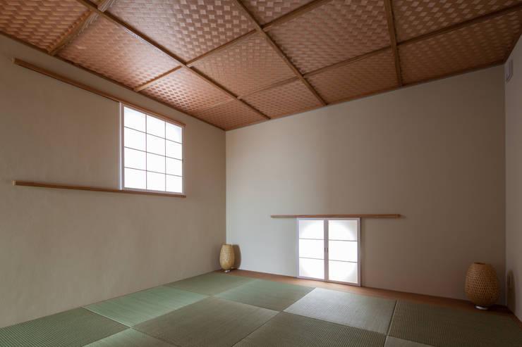 Salas de entretenimiento de estilo  por 神谷徹建築設計事務所