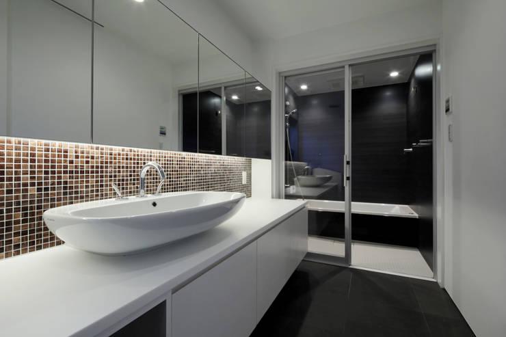 北方の家-okayama-: タカオジュン建築設計事務所-JUNTAKAO.ARCHITECTS-が手掛けた浴室です。