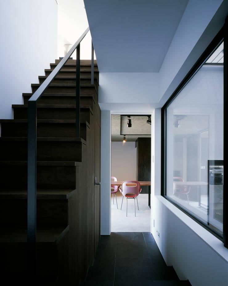 北方の家-okayama-: タカオジュン建築設計事務所-JUNTAKAO.ARCHITECTS-が手掛けた廊下 & 玄関です。