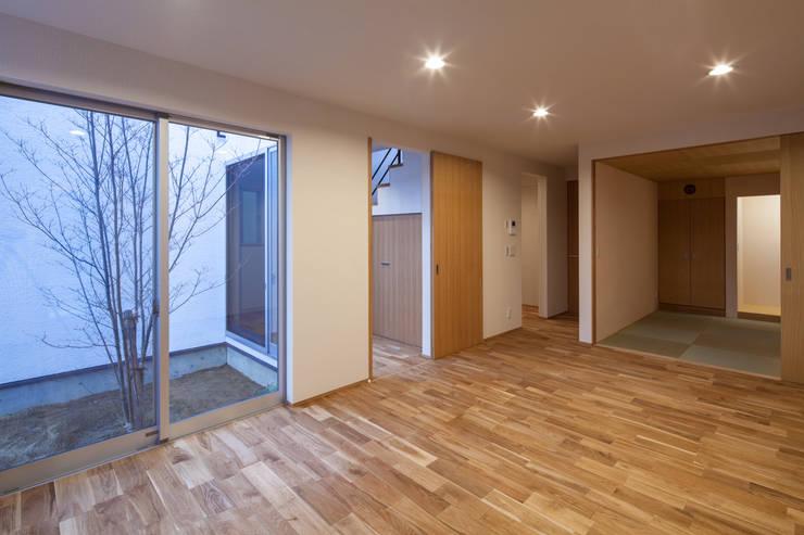 Living room by 神谷徹建築設計事務所