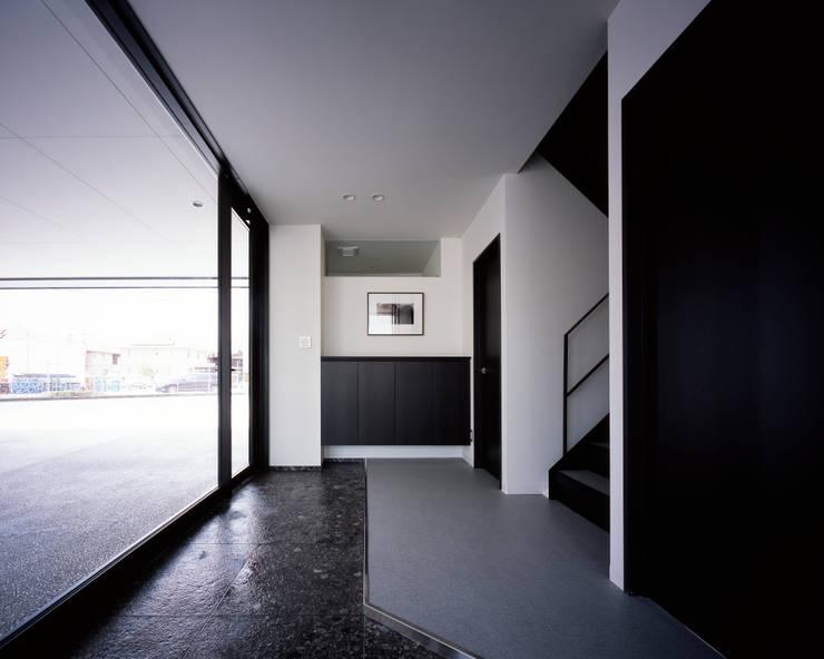 連島ビル-kurashiki-: タカオジュン建築設計事務所-JUNTAKAO.ARCHITECTS-が手掛けた廊下 & 玄関です。
