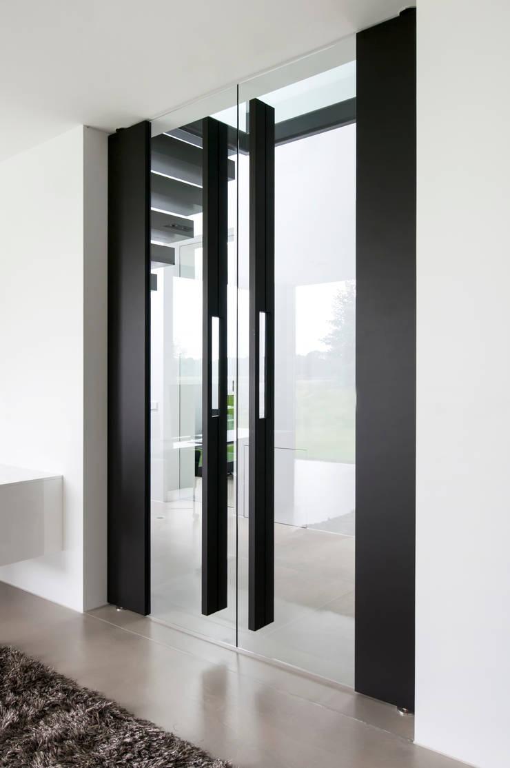 Pasillos y vestíbulos de estilo  por FritsJurgens BV, Moderno