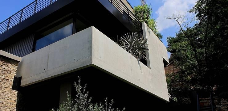 Villa DH: moderne Häuser von bmb Architektur + Design