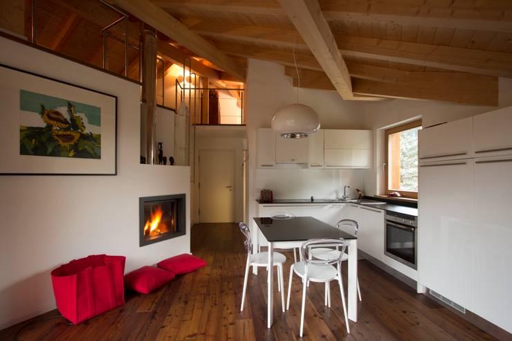 L'open space 2: Soggiorno in stile  di medeaa Marchetti e De Luca Architetti Associati