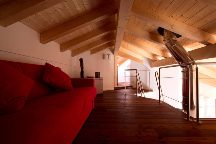 Il soppalco: Studio in stile  di medeaa Marchetti e De Luca Architetti Associati