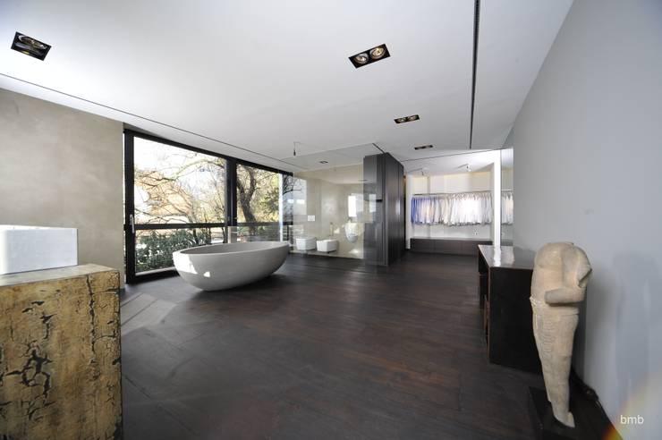 Villa DH: moderne Badezimmer von bmb Architektur + Design
