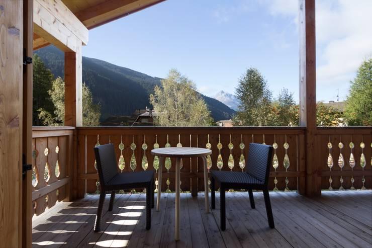 La vista dell'esterno: Soggiorno in stile  di medeaa Marchetti e De Luca Architetti Associati
