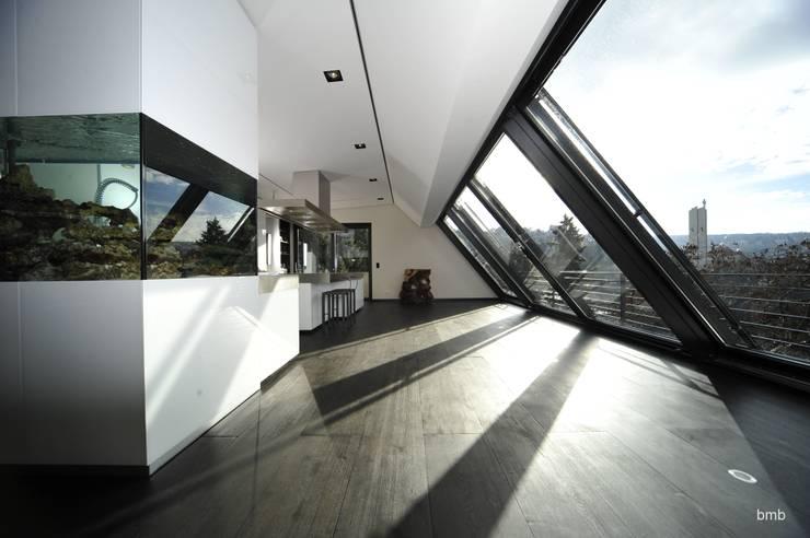 Villa DH: moderne Küche von bmb Architektur + Design