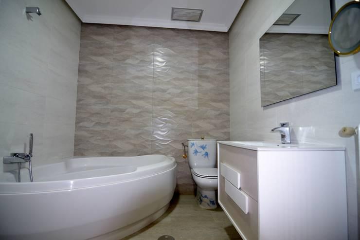 REFORMA DE BAÑOS: Baños de estilo moderno de MIMESIS INTERIORISMO SL