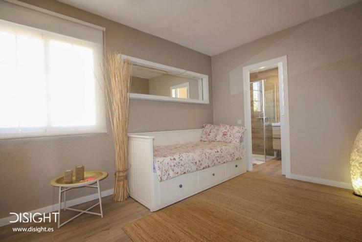 dorm 4 en suite: Dormitorios de estilo moderno de DISIGHT