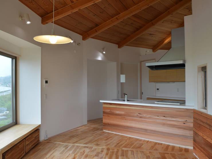 大郷の曲り家: 前見建築計画一級建築士事務所(Fuminori MAEMI architect office)が手掛けたキッチンです。