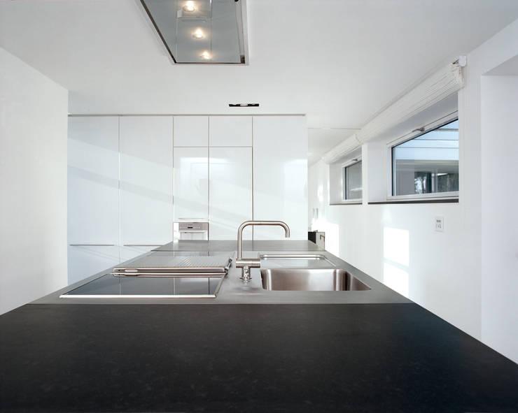 Park Villa: moderne Küche von Corneille Uedingslohmann Architekten