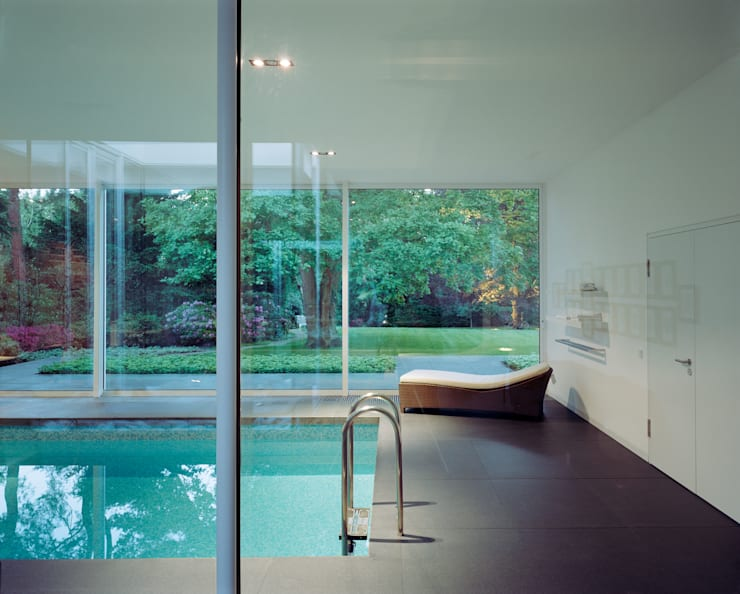 Park Villa: moderner Pool von Corneille Uedingslohmann Architekten