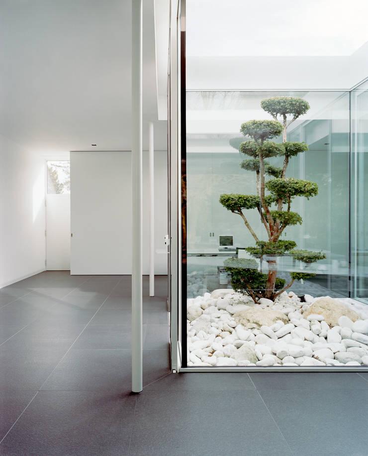 Park Villa:  Flur & Diele von Corneille Uedingslohmann Architekten,Modern