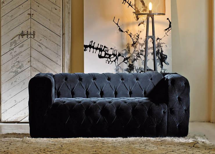 Dom Edizioni Capitone Sofa:  Living room by We Style Homes
