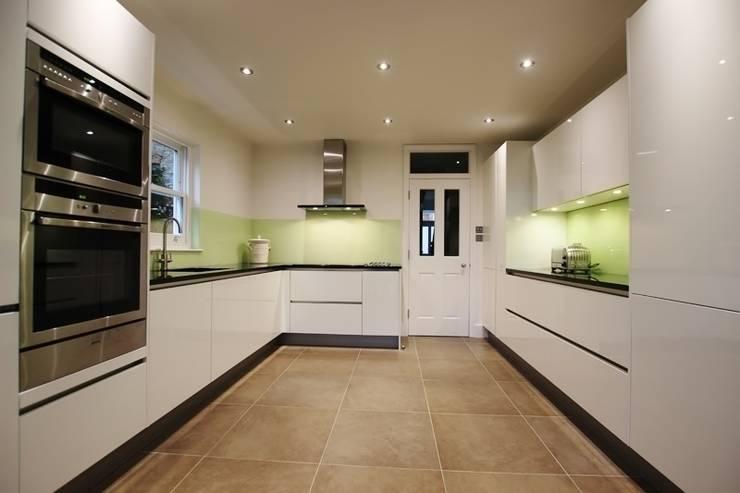 White high gloss lacquer kitchen:  Kitchen by LWK Kitchens
