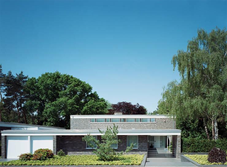 Park Villa: moderne Häuser von Corneille Uedingslohmann Architekten