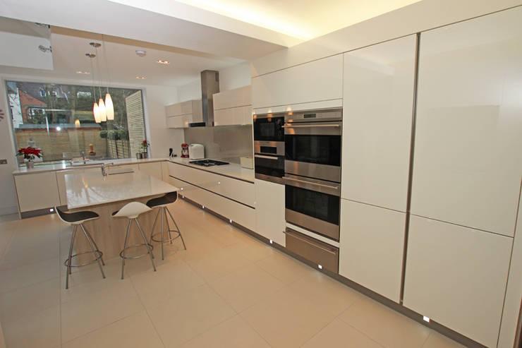 High gloss white lacquer kitchen:  Kitchen by LWK Kitchens