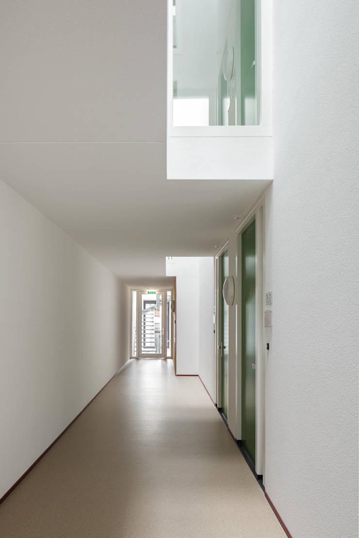 Lichthof in de gangen:   door Ed Bergers Architecten