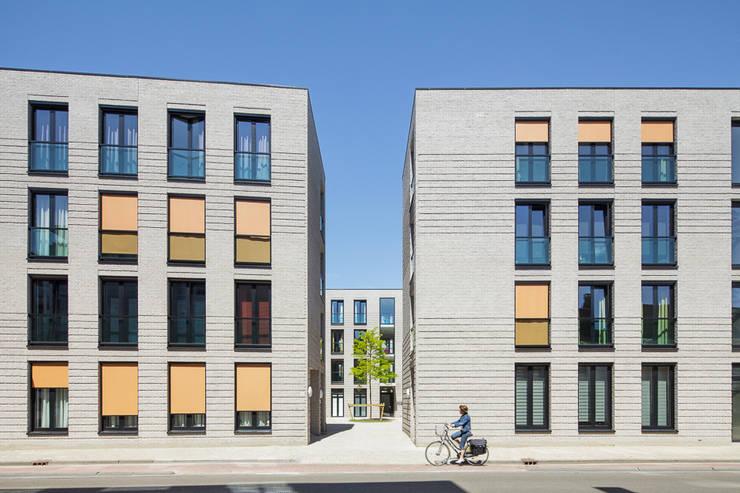 Straatgevel, doorzicht naar binnenhof:   door Ed Bergers Architecten