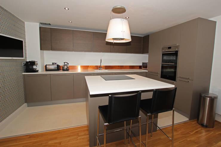 Beige grey satin lacquer kitchen:  Kitchen by LWK Kitchens