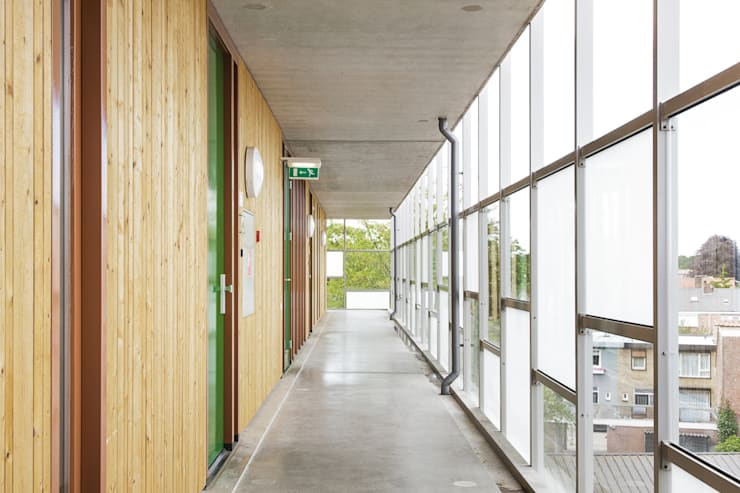 De omloop zorgt voor ontsluiting van de appartementen:   door Ed Bergers Architecten