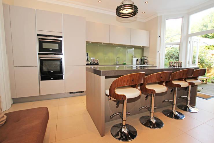 Cashmere matt kitchen island design:  Kitchen by LWK Kitchens