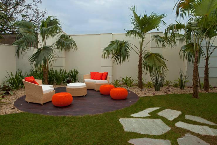 Jardines de estilo moderno por Designer de Interiores e Paisagista Iara Kílaris