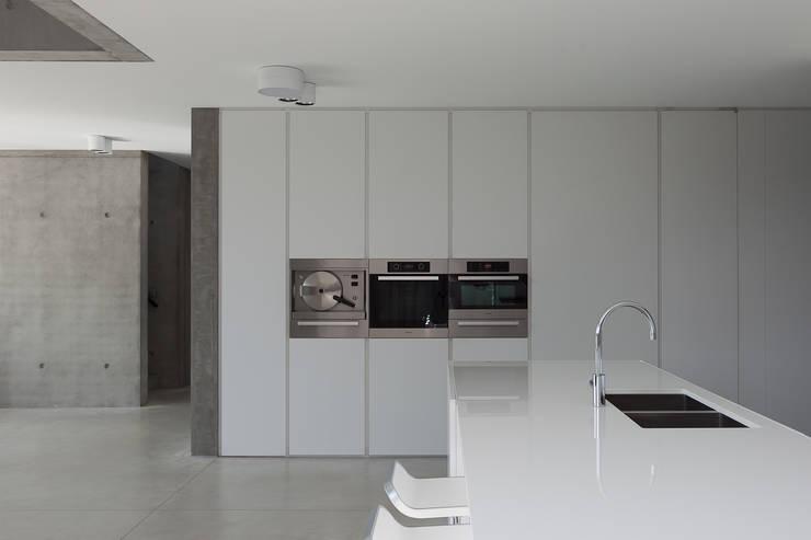 woning en kantoor volledig in ter plaatse gestort beton:  Keuken door pluspunt architectuur
